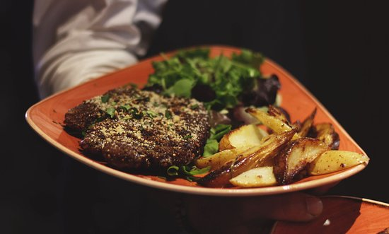 Sentimi: 🔥 Côte de porc pané, pommes de terre, salade 🔥
