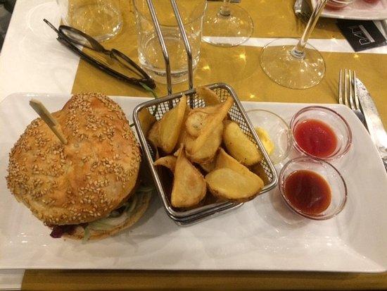 Pani Genuine Food: hamburger di baccalà con patate fritte e salsine handmade
