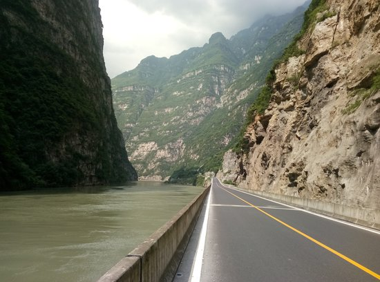 Hanyuan County, Κίνα: In the middle of the canyon
