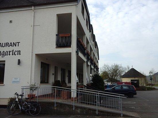 Nittel, เยอรมนี: außenansicht mit parkplatz....