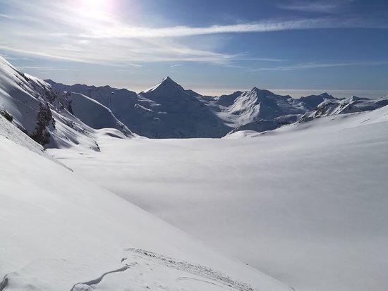 Saas-Fee Guides: Vue depuis la sortie intermédiaire du métro alpin