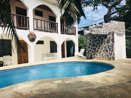 Nosara Playa Garza Hotel: Nos encontramos a tan solo 50mts de la playa. Foto de nuestra piscina y parte de las instalacion