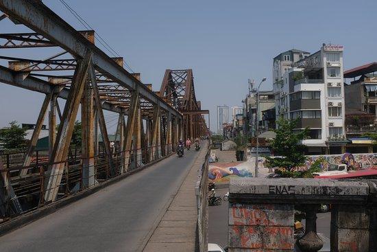 Long Bien Bridge : on the bridge. awesome!