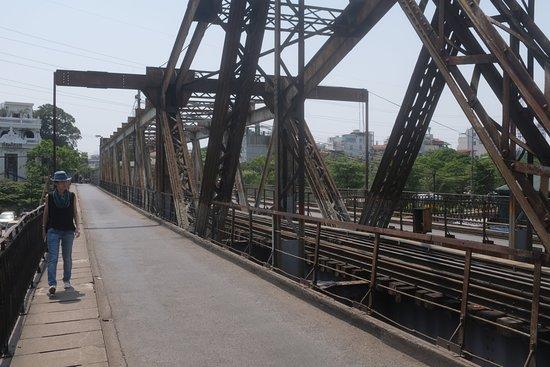 Long Bien Bridge : walking the bridge