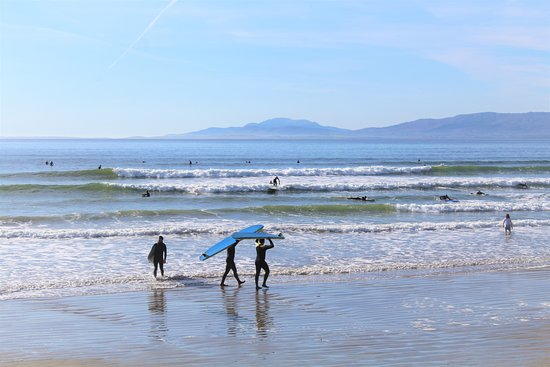 Rossnowlagh, Irland: Rentals heading out for a few waves