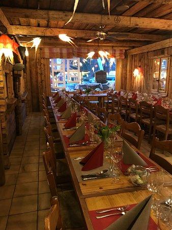 Gryon, İsviçre: Une ambiance feutrée, même pour un banquet entre amis, à la montagne