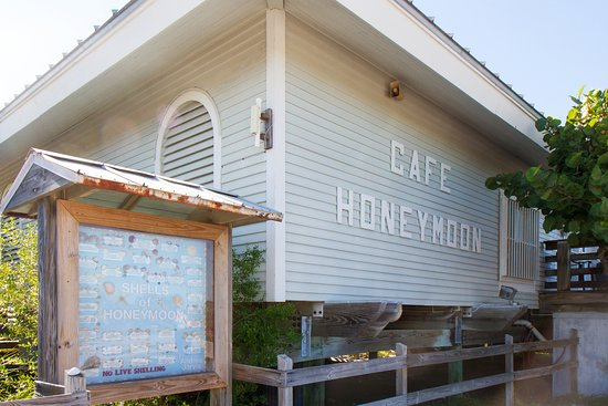 Caladesi Island State Park: The central café. Bathrooms, drinks en dishes.