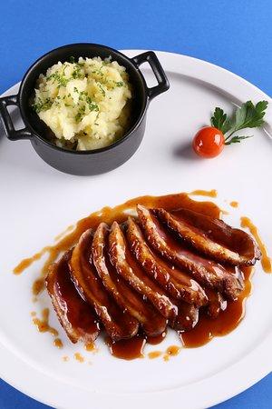 Montesson, Fransa: Magret de canard du sud-ouest rôti, sauce miel et vinaigre balsamique