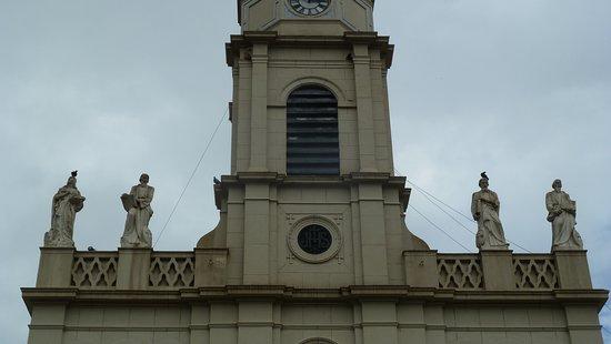 San Antonio de Areco, Argentina: Statue sul cornicione