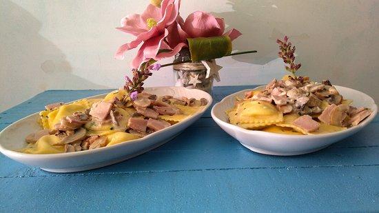 La Piadina: Ravioli ripieni di mozzarella di bufala con prosciutto cotto panna e funghi 😋