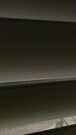 Anacortes Ship Harbor Inn: Light shining through slatted blinds