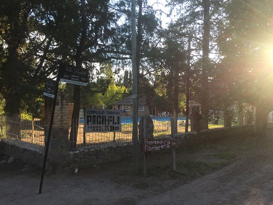 San Marcos Sierras, Argentina: Exterior del Complejo de Cabañas Pach-Flo en una de sus Esquinas.