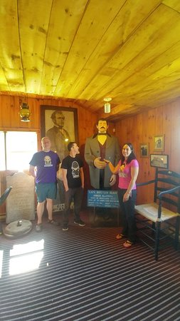 Giant MacAskill Museum: Giant MacAskill Statue