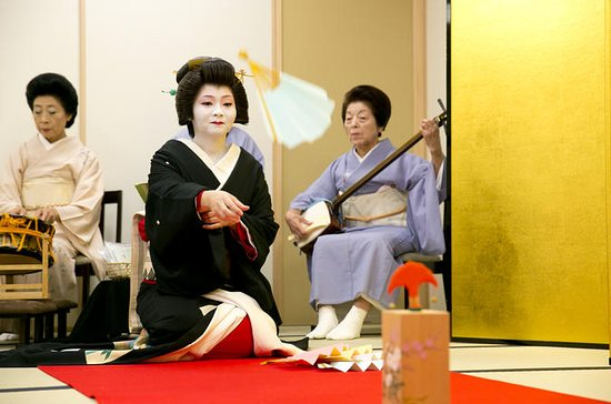 Geisha Show Experience in Tokyo with Traditional Games