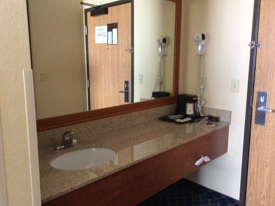 Brigham City, UT: Large sink area separate from the tub and toilet