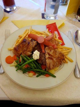 Micheldorf, Áustria: Wiener Schnitzel, Eispalatschinken und Grillteller.