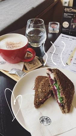 Uherske Hradiste, República Checa: New in menu -  toast with goat cheese and beetroot and chai tea latte <3