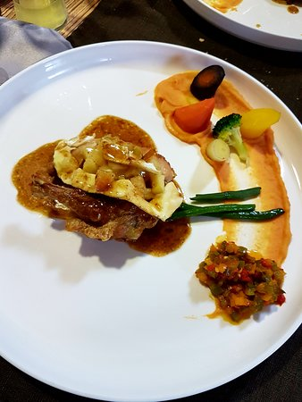 Auberge Saint Martin: pintadeau / camembert flambé au calvados / pommes