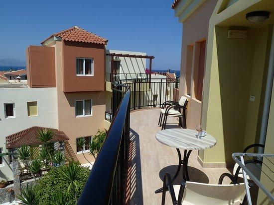 Hotel Stefan Village : Hvis en får rom oppe og på østsiden, er det smal men grei balkong med sol.