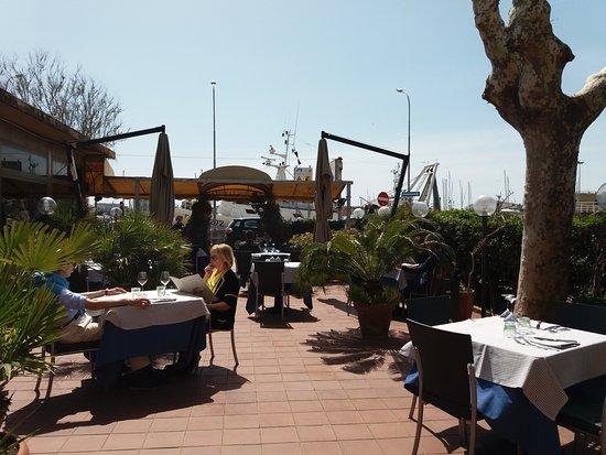L 39 esterno il ristorante fiancheggia il molo e accetta for L esterno di un ristorante