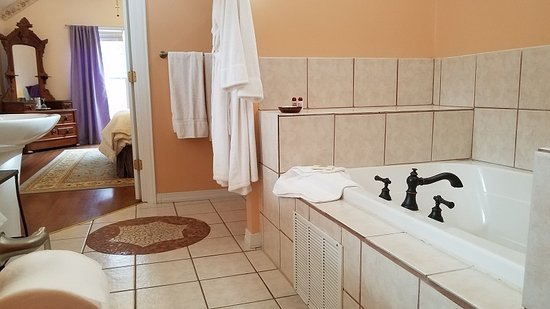 New Church, VA: Chablis Jacuzzi, Walk-In Shower, His/Her Sinks