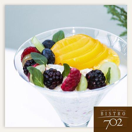Bircher Muesli con base de avena, yogur, leche y frutas.