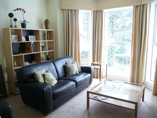"""Avenue Park: Spacious comfortable lounge with 58""""TV"""