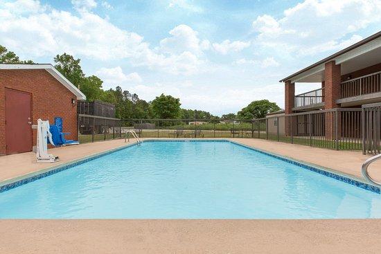 Days Inn Childersburg: outdoor pool