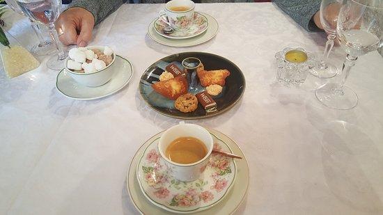 La Chaise-Dieu, Frankreich: café et ses mignardises