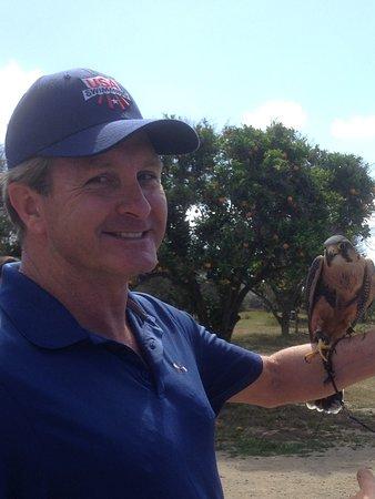San Juan Capistrano, Californien: Michael Holding a Peruvian Falcon