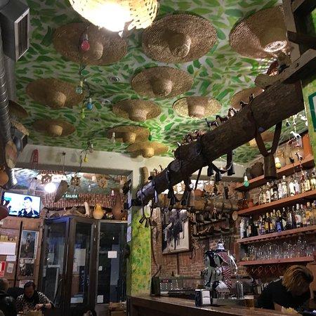 Taberna Maceira: Fantastico locale suggerito da un amica che vive a Madrid ... lo consiglio sia per il luogo acco