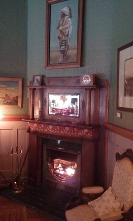 The Historic Occidental Hotel & Saloon and The Virginian Restaurant: Lobby Fireplace
