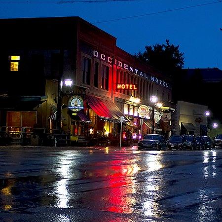 Buffalo, WY: Hotel at night