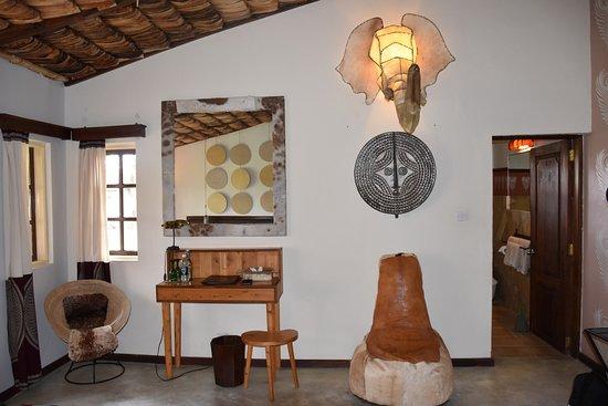 Hatari Lodge: Sitzgelegenheit im Zimmer/Eingang zum Bad