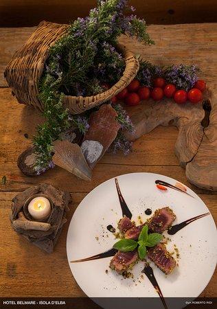 Patresi, Italie : Tagliata di Tonno Rosso in crosta di pistacchio e riduzione di Aceto Balsamico e Sangiovese