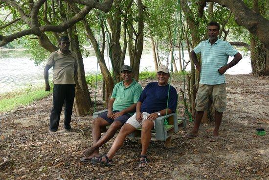 Eluwankulam, سريلانكا: 2 af de herlige ejere tester ude møbler