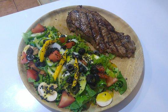 Che Sirloin: Steak with Salad