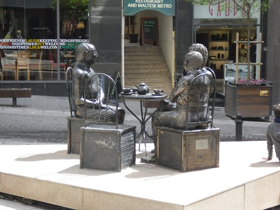 ‪3 Maltese Actors Statue‬