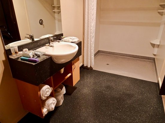 Broadway Motel: Spacious Bath with Large Shower Suitable for Handicapped Use