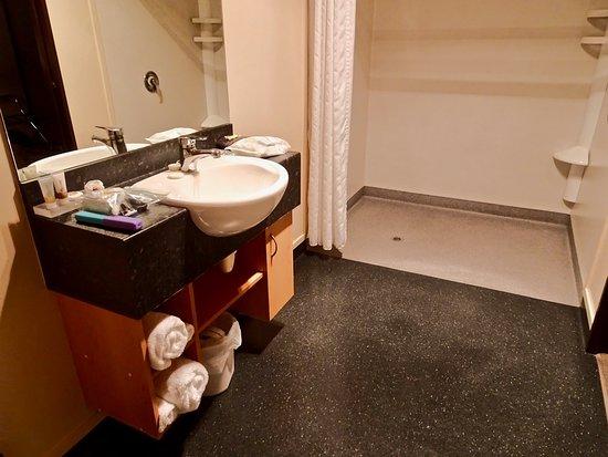 برودواي موتل: Spacious Bath with Large Shower Suitable for Handicapped Use