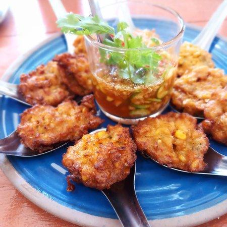 Bophut, Tailandia: Deep-fried vegetarian corn curry, sweet and sour dipping sauce