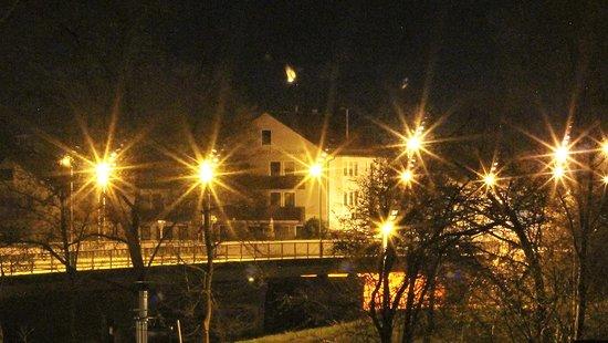 Landshuter Hof: Nachtansicht über die Flutmulde hinweg