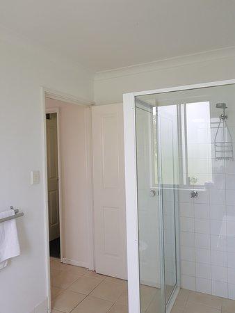 Harbourside Motel: Clean shower stall.
