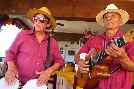 La Chata : Mariachis drop by - Francisco & Vicente