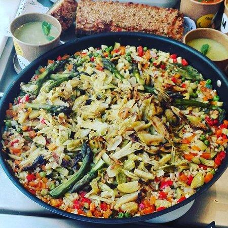paella vegana con salteado de verduras