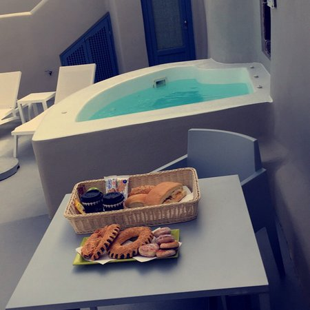 Amazing Honeymoon at Luna Suites Santorini