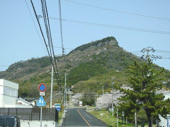 Yashima: 屋島に向かう道から見上げた山頂方面です。上の方の岩肌が迫力ありますね。