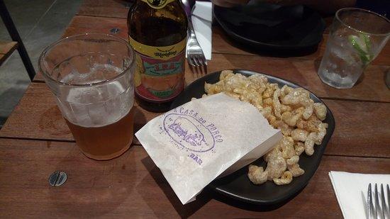 Cerveja IPA da casa, feita pela Blondine, e porção de Porcopoca
