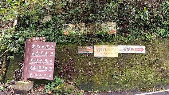 San Mao Former Residence: 循路標往上走。