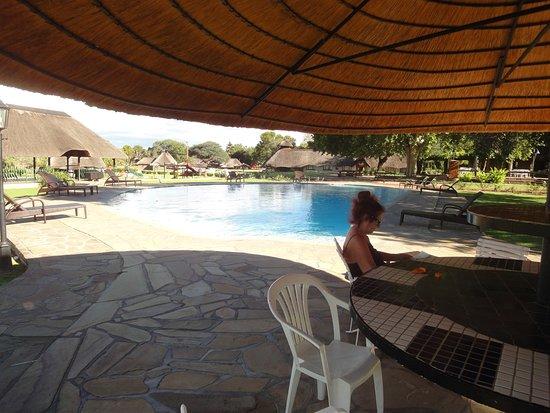 Midgard, นามิเบีย: Keine Toriszeit, Pools (2) für mich alleine. Auch Service am Pool.